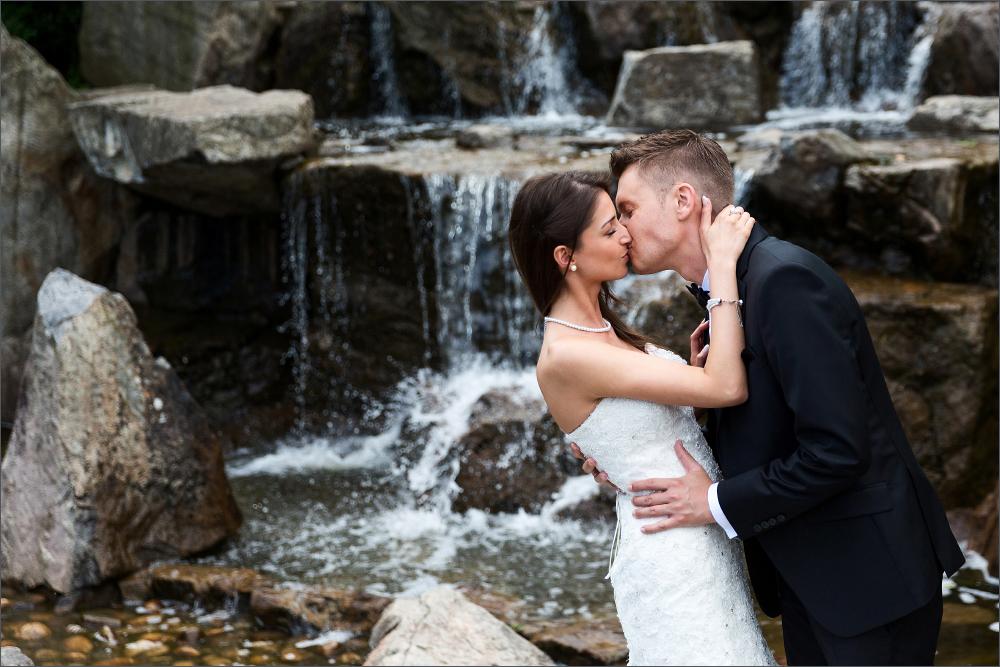 Romantische Brautpaar Fotoshooting Freiburg im Japanischen Garten in Freiburg im Breisgau. Fotografiert von der Hochzeitsfotografin Soraya Häßler.